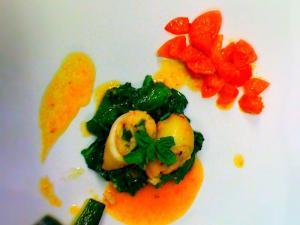 Totanetti farciti spinaci all'aglietto fresco zucchine tornite e pomodori confit
