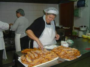 Nonna Ginetta mette lo zucchero alle crispelle natalizie
