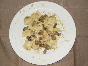 Ravioli di ricotta con funghi tartufo e noci