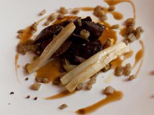 Filetto di lepre con cipollotto cardi brasati e salsa all'anice stellato
