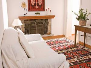 particolare salotto divano e camino