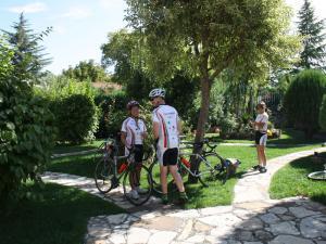 Ciclisti californiani nel giardino