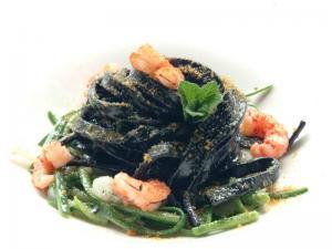 Fettuccine al nero di seppia con gamberi,zucchine e bottarga di muggine