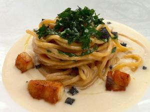 Spaghetti al peperoncino su vellutata di fagioli cannellini e spigola croccante