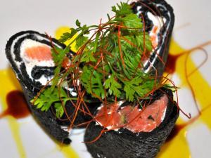 Rolls al nero con panna acida e salmone affumicato