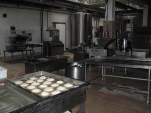 Laboratorio e caciocavalli in salamoia