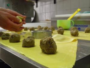 Preparazione dei casoncelli bergamaschi a mano