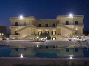 Esterno notte piscina