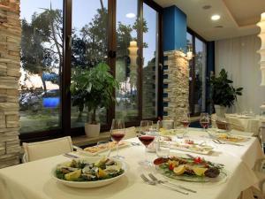 Dettagli tavolo con vetrata