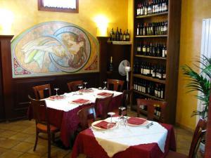 Tavoli ed esposizione vini