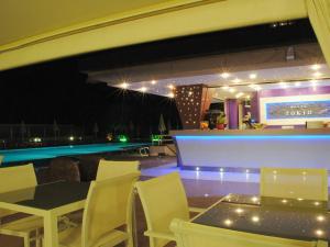 Bar e piscina