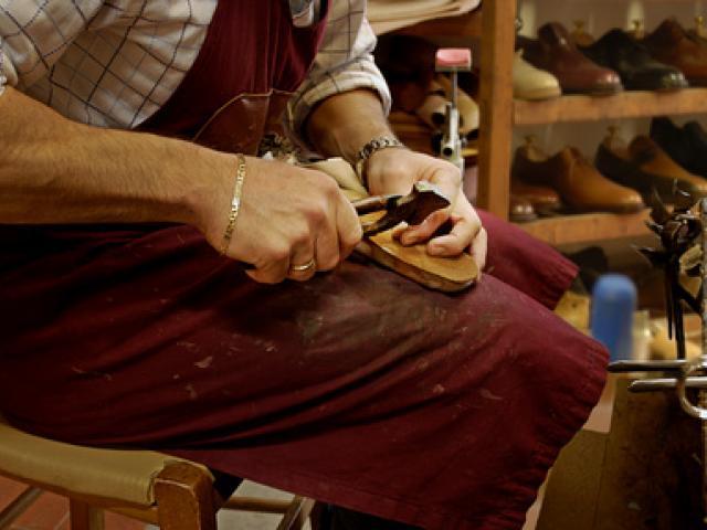 ccc6c79683 Artigianato toscano - La scuola del cuoio e i laboratori artigiani ...